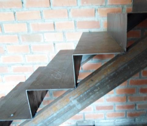 Основа прочной лестницы — металлический каркас