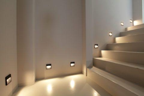 Освещение лестницы в доме точечными светильниками