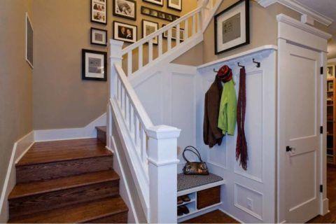 П-образное расположение лестницы в коридоре