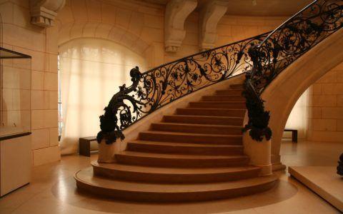 Парадная деревянная лестница в классическом интерьере
