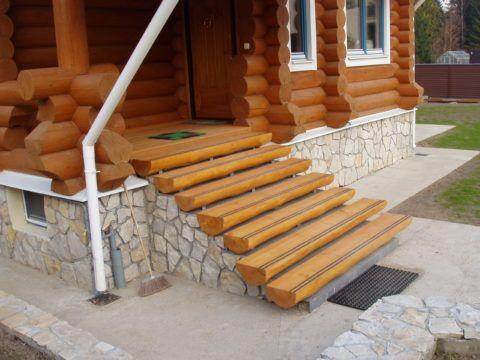 Под деревянные ступени и дом выполнен общий фундамент