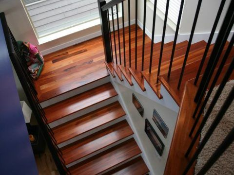 Покраска лаком лестницы