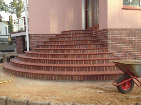 Полукруглое бетонное крыльцо с отделкой