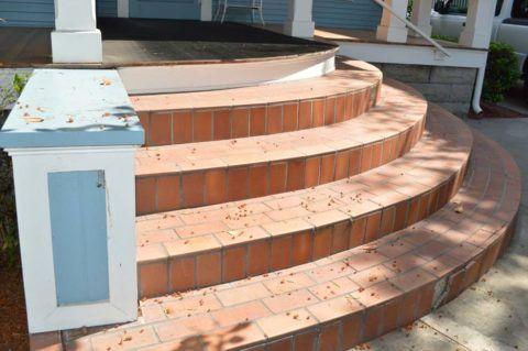 Полукруглое крыльцо из бетона с отделкой