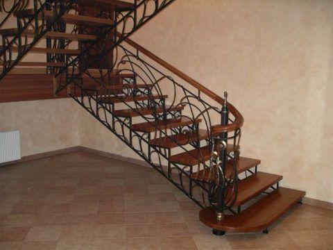 Поворотная конструкция кованой лестницы