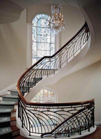 Поворотная лестница с коваными ограждениями