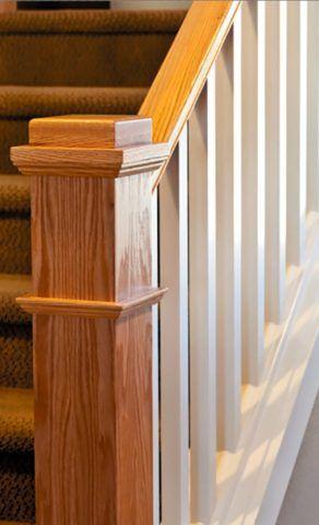 Пример разноцветной отделки деревянной лестницы