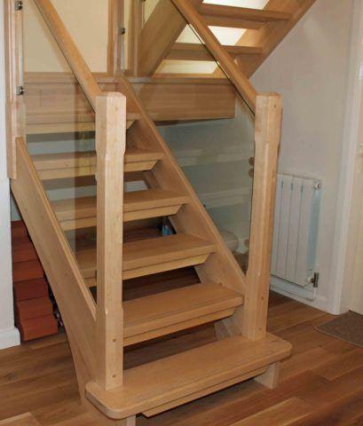 Простая лестница в цокольный этаж из бука