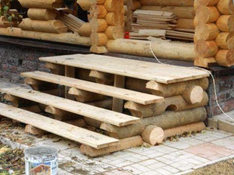 Простое деревянное крыльцо для дачи