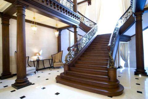 Просторная маршевая лестница в большом холле