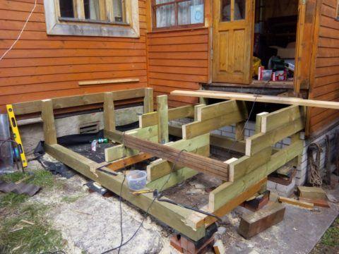 Процесс возведения деревянного крылечка
