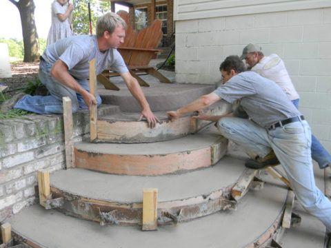 Процесс заливки бетонной лестницы на подходе к крыльцу