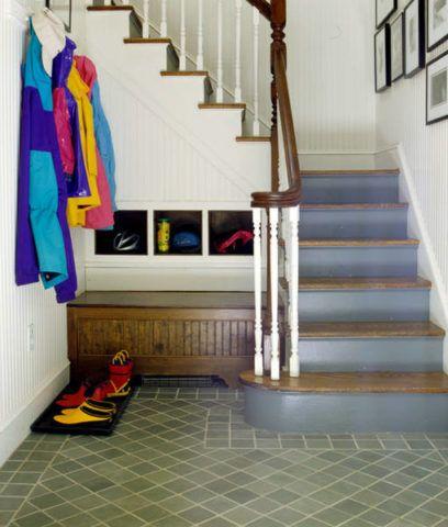 Рациональное использование пространства под лестницей в небольшой прихожей