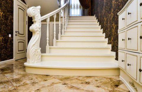 Роскошная деревянная лестница, покрытая белой эмалью