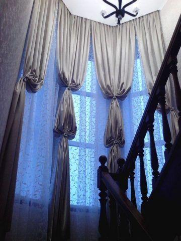 С такими шторами лестничное окно получилось сказочно красивым