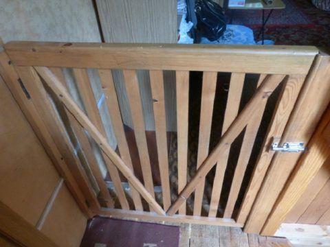 Самодельная деревянная калитка на лестнице