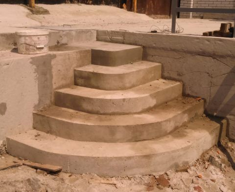 Самодельное бетонное полукруглое крыльцо к дому