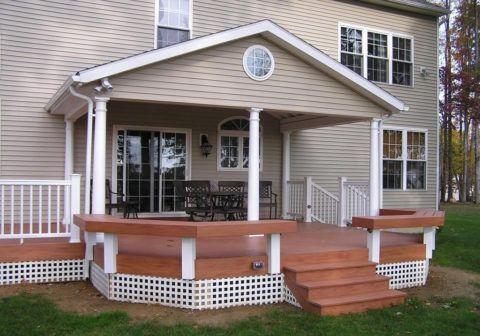 Симпатичная терраса при входе в дом, выполненная из древесного композита