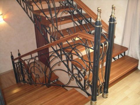 Сочетание древесины и окрашенных металлических фрагментов