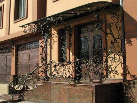 Сочетание кованых элементов на двери и крыльце