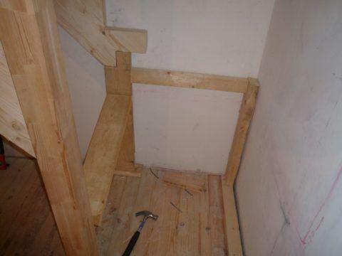 Соединение деревянной лестницы: внутренний косоур покоится на вертикальном бруске