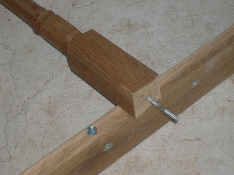 Крепление опорных стоек деревянных лестниц