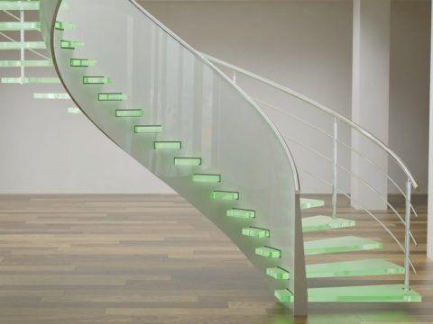 Стеклянные ступени придают конструкции необычный вид