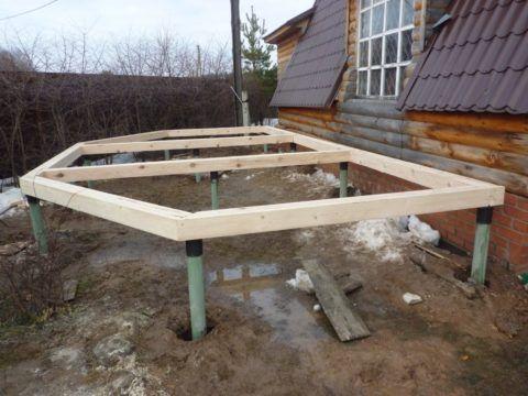 Строительство крыльца к деревянному дому: основание на сваях