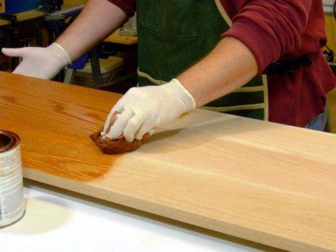 Ступени к крыльцу деревянного дома: обработка олифой