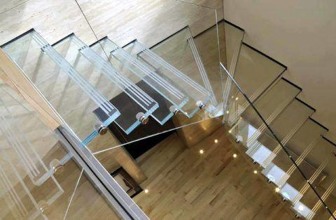 Такая лестница в интерьере выглядит легкой и делает пространство светлее благодаря прозрачности конструкции