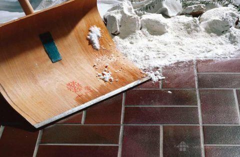 Уборка снега с поверхности клинкерной плитки достаточна проста