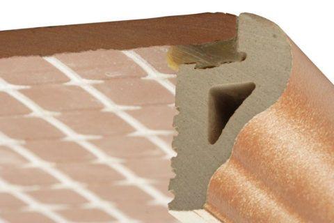 Укладка такой плитки начинается с декоративного элемента