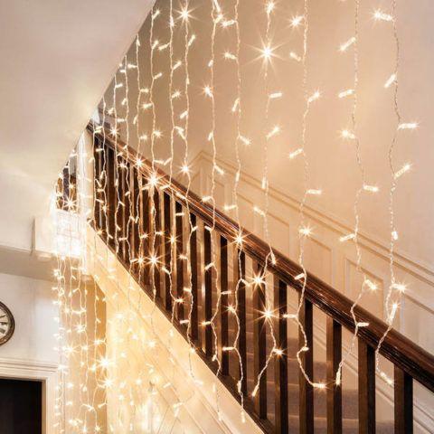 Украшение лестницы гирляндой из светодиодов