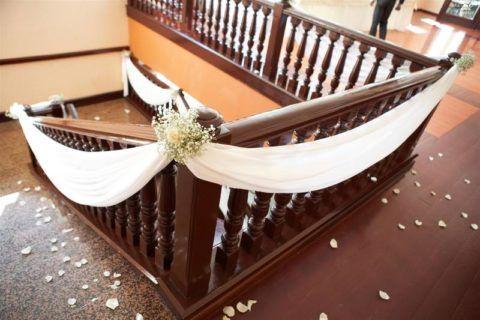 Украшение лестницы нежным текстилем и цветами для создания романтичной атмосферы