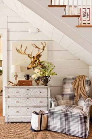 Уютный уголок для отдыха можно организовать, поставив там пару кресел и кофейный или журнальный столик.
