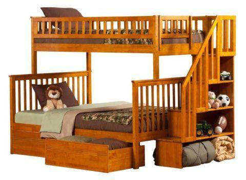 В конструкции лестницы можно предусмотреть полки для хранения игрушек