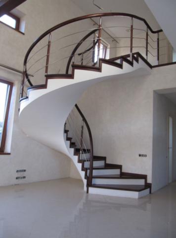 Винтовая бетонная лестница с отделкой ступеней деревом.