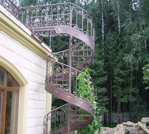 Винтовые кованые лестницы для дома