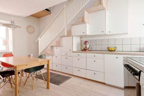 Выдвижные горизонтальные ящики станут отличной заменой отдельных шкафов на дачной кухне