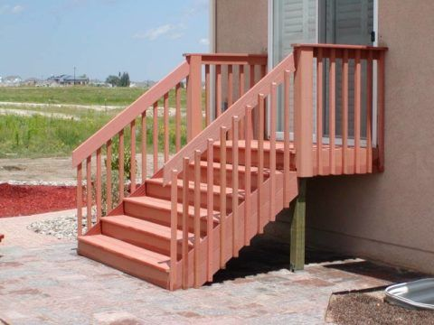 Яркая уличная лестница из древесины