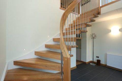Забежная лестница на тетиве и больцах