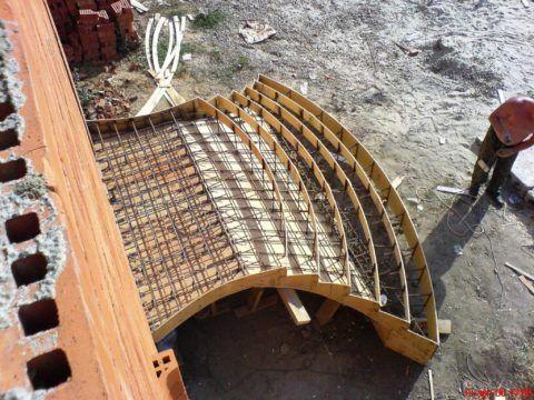 Заливка бетоном крыльца: опалубка сложной конфигурации полукругом