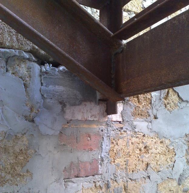 Укрепление лестницы металлическими деталями