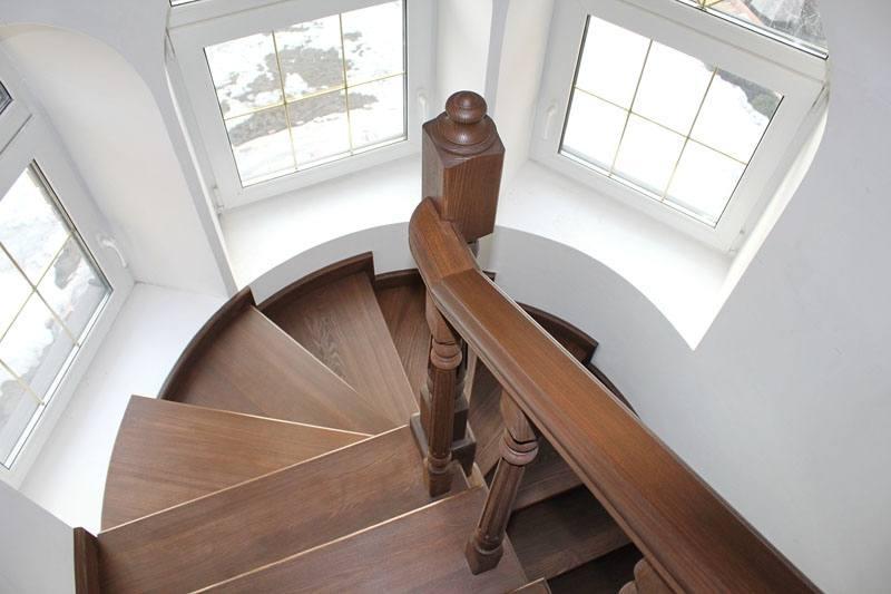 Лестница на второй этаж в эркере