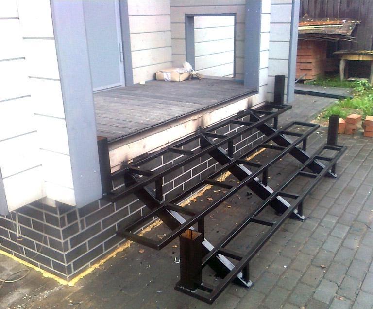 Небольшую металлическую лестницу можно устроить без фундамента