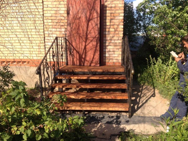 Металлический каркас и тетивы лестницы с деревянным настилом и проступями, часто встречающийся вариант