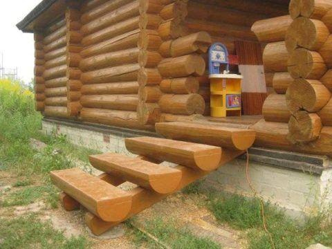 Деревянная лестница на косоурах