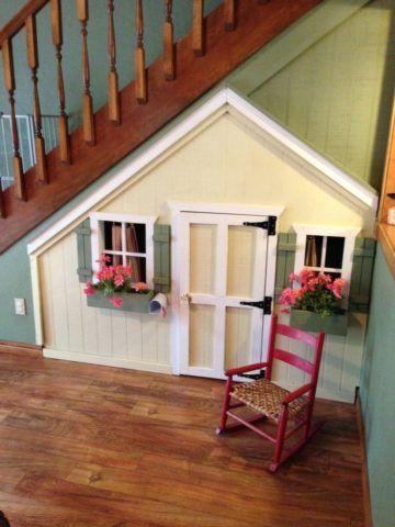 Дверь под лестницей на второй этаж ведет в сказку