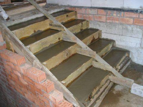 Кирпичное крыльцо, бетонная лестница оптимальное сочетание