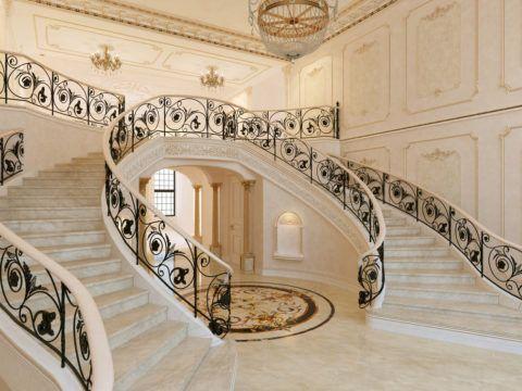 Красивые белые лестницы в интерьере дома